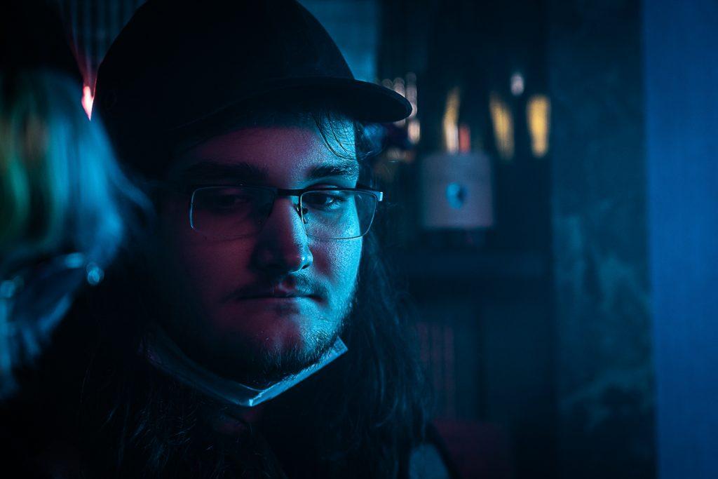 Le réalisateur Marco Stuppy regarde attentivement que tout se passe comme prévu.